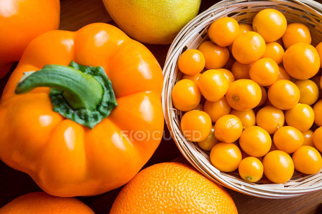 Top view of cherry tomatoes, bell pepper and oranges in supermarket — Stock Photo