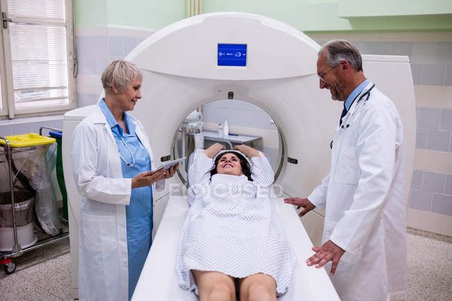 Test de médecins parler au patient avant l'IRM à l'hôpital — Photo de stock