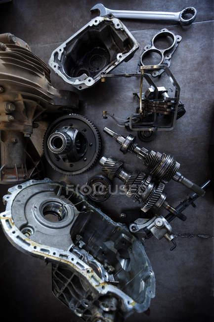Repuestos de coche en el garaje de reparación - foto de stock