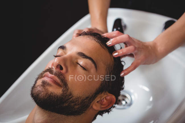 Man getting his hair wash at salon — Stock Photo
