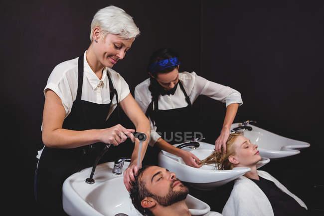 Les clients se lavent les cheveux au salon — Photo de stock