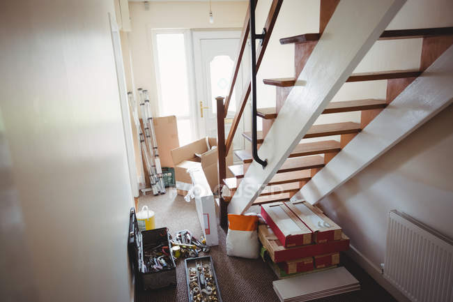 Столярної обладнання поблизу сходи в будинку — стокове фото