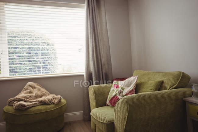 Интерьер пустые комнаты с зеленое кресло — стоковое фото