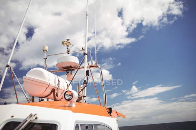 Vista dell'antenna sulla barca da pesca contro il cielo blu — Foto stock