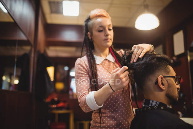 Homme se faire couper les cheveux dans le salon de coiffure — Photo de stock