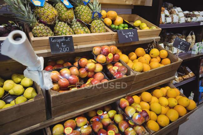 Varietà di frutta in scatole di legno al supermercato — Foto stock