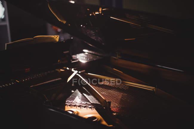 Primo piano dello strumento per pianoforte in uno studio — Foto stock