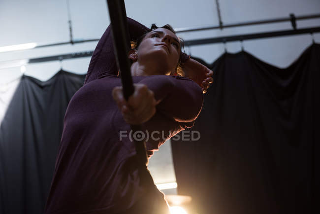 Turnerin turnt im Fitnessstudio auf Reifen — Stockfoto