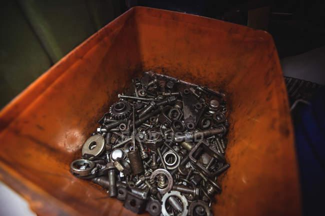 Різні горіхи в контейнері в промислових механічних майстерень — стокове фото