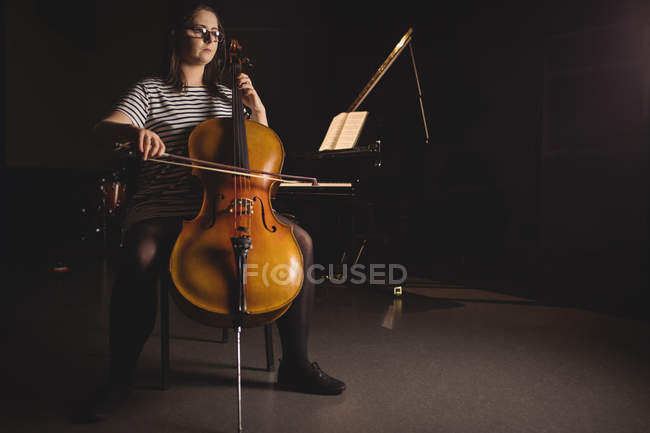 Studentin spielt Kontrabass im Studio — Stockfoto