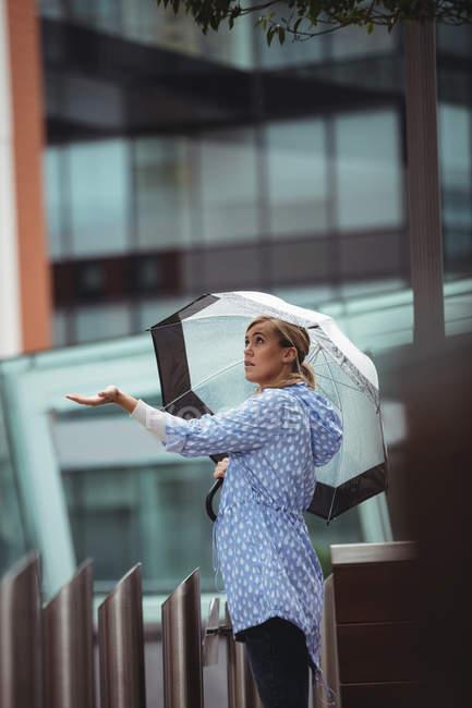 Привлекательная женщина, наслаждаясь тропическим в дождливую погоду — стоковое фото