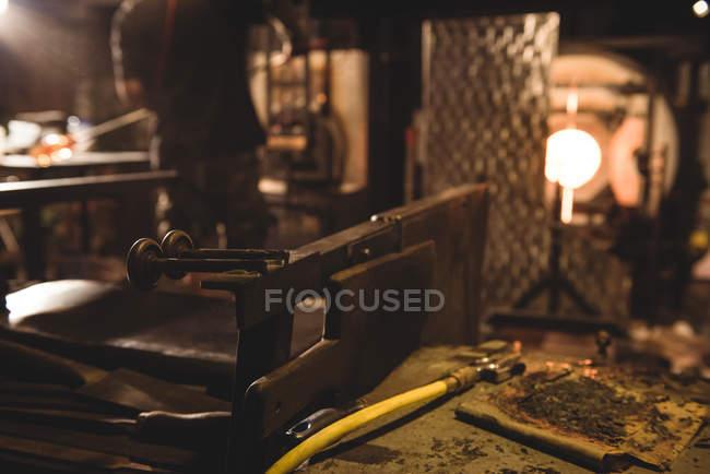 Закри marvers стіл на заводі glassblowing — стокове фото
