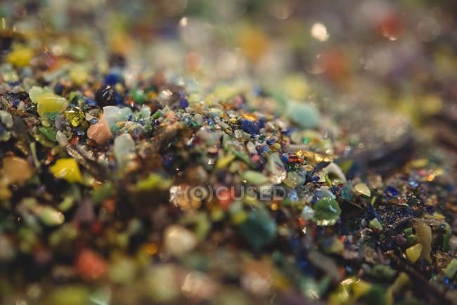 Крупний план з frit склом на столі glassblowing заводу — стокове фото