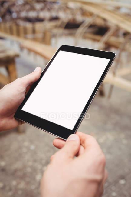 Крупным планом человека с помощью цифрового планшета в верфи — стоковое фото