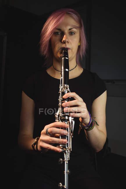 Porträt einer Klarinette spielenden Frau in der Musikschule — Stockfoto