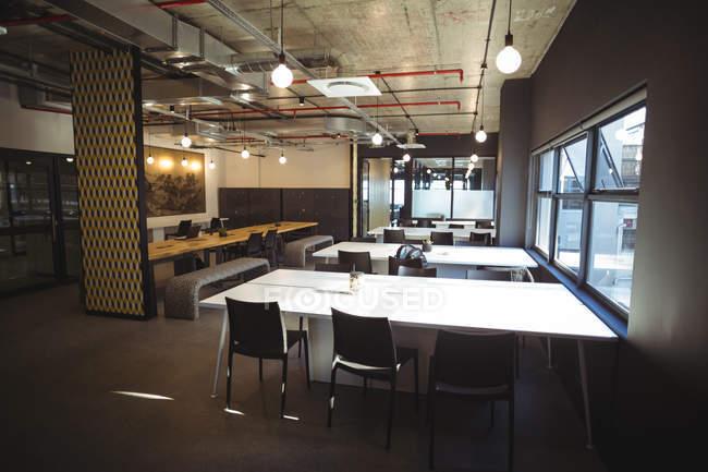 Tables vides dans la cafétéria du Bureau — Photo de stock