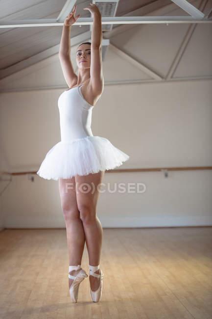 3dd32727a Bailarina en tutú blanco practicando ballet danza estudio y mirando ...