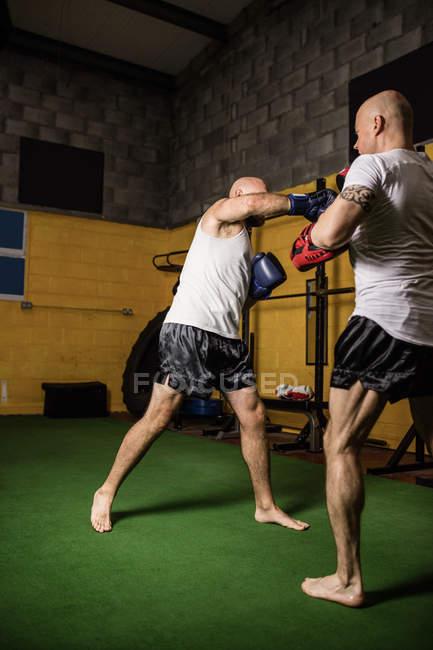 Zwei athletische thailändische Boxer beim Boxen im Fitnessstudio — Stockfoto
