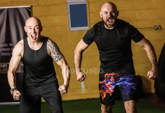 Portrait de boxeurs thaïs agressifs criant dans un studio de fitness — Photo de stock