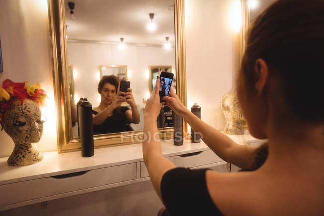 Женщина берет selfie с мобильного телефона в салон красоты — стоковое фото
