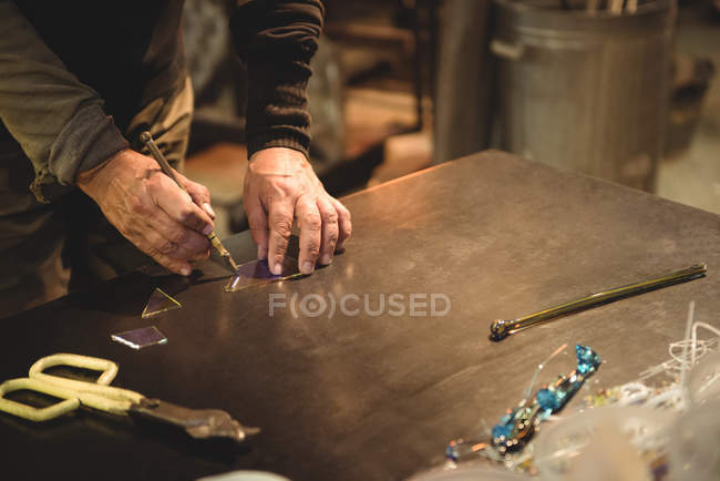 Митець, що працюють на шматок скла на заводі glassblowing — стокове фото