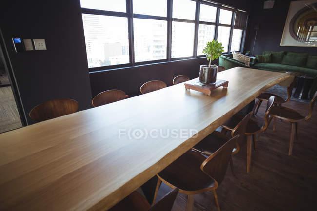 Langer Tisch in der Bürositzecke — Stockfoto