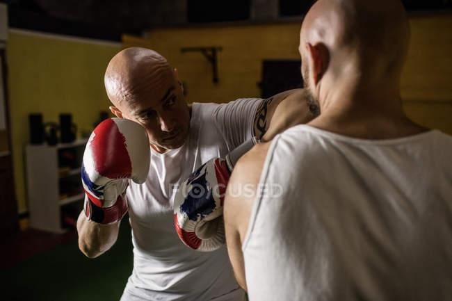 Nahaufnahme zweier thailändischer Boxer beim Boxen im Fitnessstudio — Stockfoto