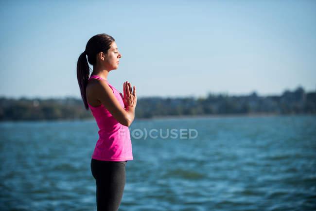 Боковой вид женщины, отдыхающей на пляже в солнечный день — стоковое фото