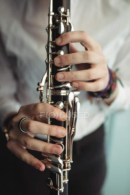 Frau spielt Klarinette in Musikschule — Stockfoto