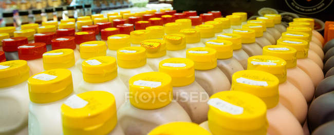Close-up di varie bottiglie di salsa tenuti in un'esposizione del negozio — Foto stock