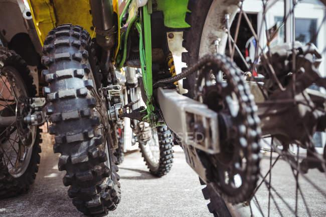 Крупным планом мотоцикл цепи в промышленных механической мастерской — стоковое фото