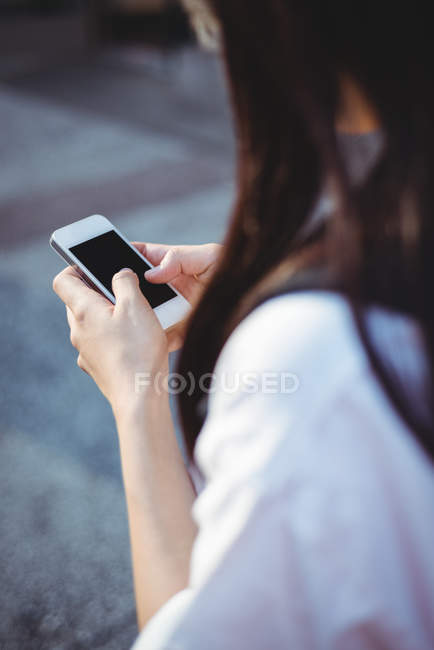 Nahaufnahme einer Frau per SMS auf dem Handy — Stockfoto