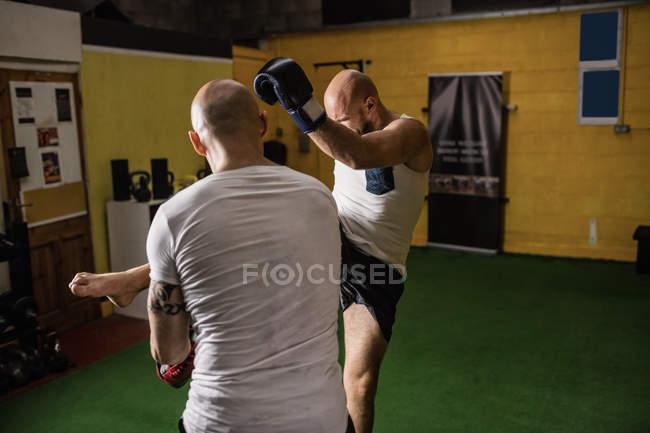 Rückansicht zweier thailändischer Boxer, die im Fitnessstudio boxen — Stockfoto