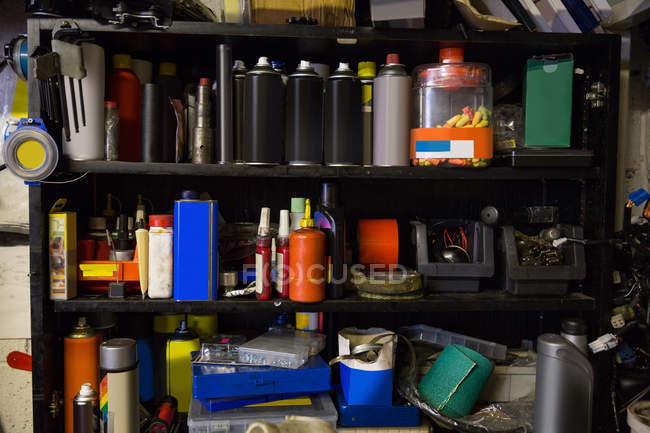 Закри моторного масла і обладнання на полицях в майстерні — стокове фото