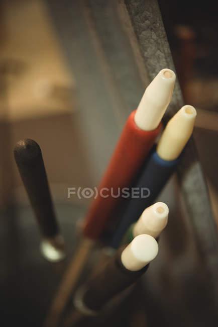 Primo piano delle soffiatrici nella fabbrica di soffiaggio del vetro — Foto stock