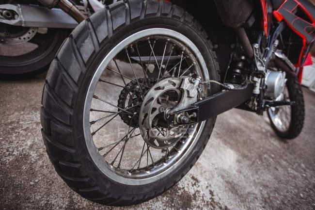 Закри мотоцикл припарковані в промислових механічних майстерень — стокове фото