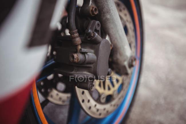 Vorderrad des Motorrads in industriemechanischer Werkstatt — Stockfoto
