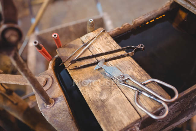 Close-up of glassblowing tools at glassblowing factory table — Stock Photo