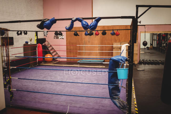 Leerer Boxring im Fitnessstudio — Stockfoto