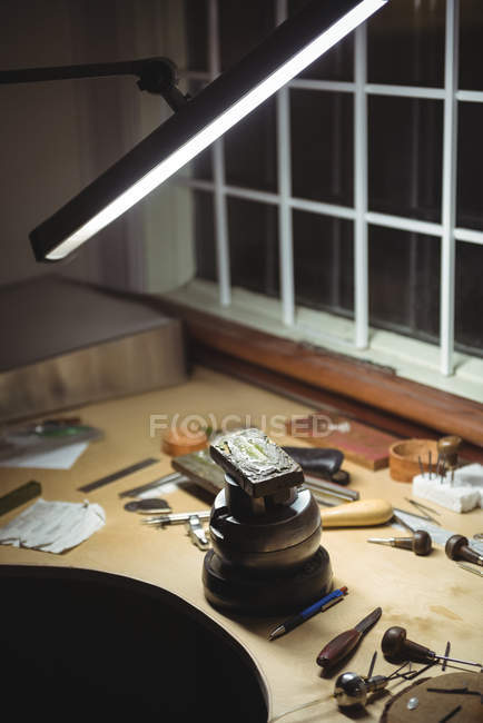 Diversas herramientas y equipos en Banco de trabajo en taller - foto de stock