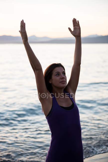 Привлекательная женщина практикующая йогу на пляже в солнечный день — стоковое фото