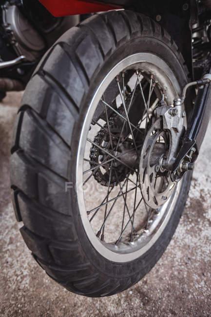 Закри мотоцикл колесо в майстерні — стокове фото