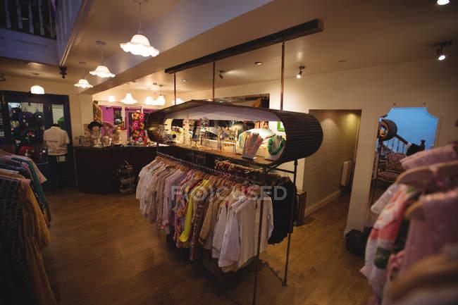 Magasin de vêtements différents dans un rack de vêtements à la boutique — Photo de stock