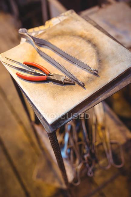 Закри glassblowing інструменти на заводі glassblowing — стокове фото