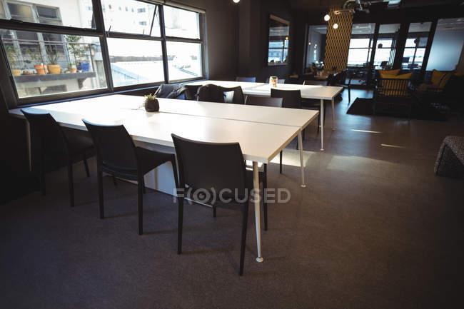 Пусті таблиці в кафетерії office — стокове фото