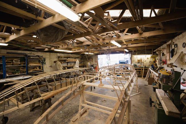 Дерев'яні човни під будівництво в інтер'єрі верфі — стокове фото