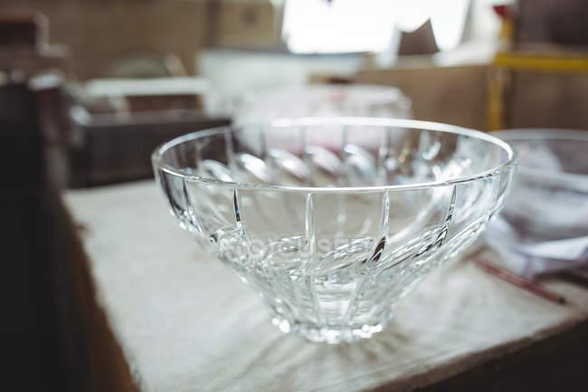 Primo piano della ciotola di vetro al tavolo della fabbrica di soffiaggio vetro — Foto stock