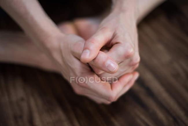 Primo piano dell'esercizio ginnico con le mani in palestra — Foto stock