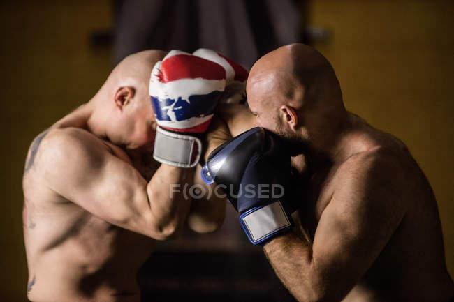 Portrait de boxeurs thaï torse nu pratiquant dans la salle de gym — Photo de stock