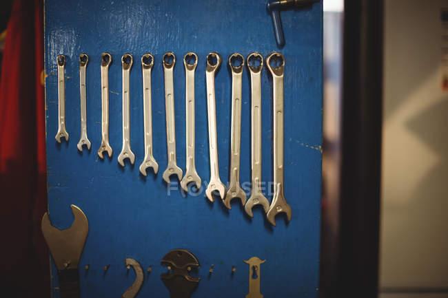 Varios accesorios de reparación sobre mesa en taller - foto de stock